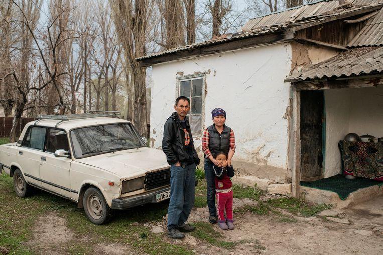 Goelzira Aoejelchan met haar gezin in Kazachstan. Zij werd in juli 2017 geïnterneerd tijdens familiebezoek in China en zat vijftien maanden vast. 'Ze zeiden dat ik politiek zou gaan leren.' Beeld Yuri Kozyrev/Noor