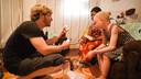 Apeldoornse fotograaf Adrian Kuipers heeft een actie opgezet voor albino Ruth in Zambia. Slechts met beschermende middelen kan zij naar buiten. Haar huid kan het anders niet aan.