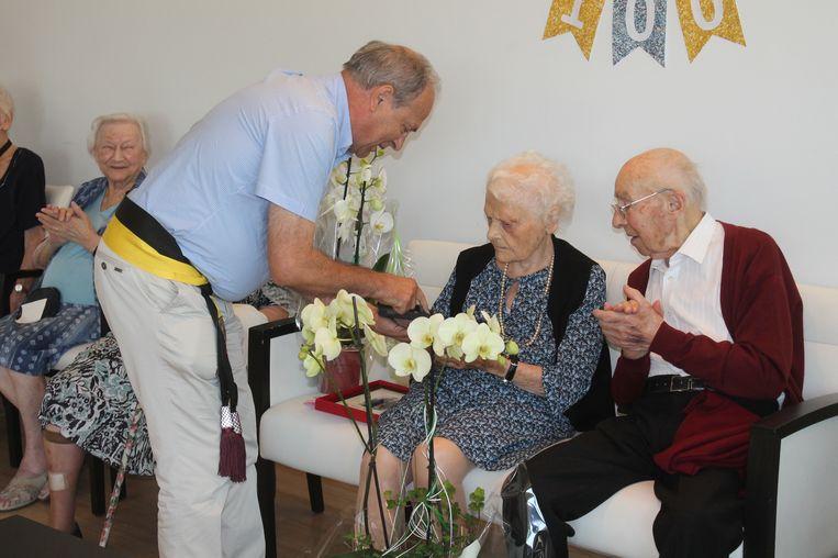 Het Dilbeekse gemeentebestuur zette het honderdjarige koppel in de bloemetjes.