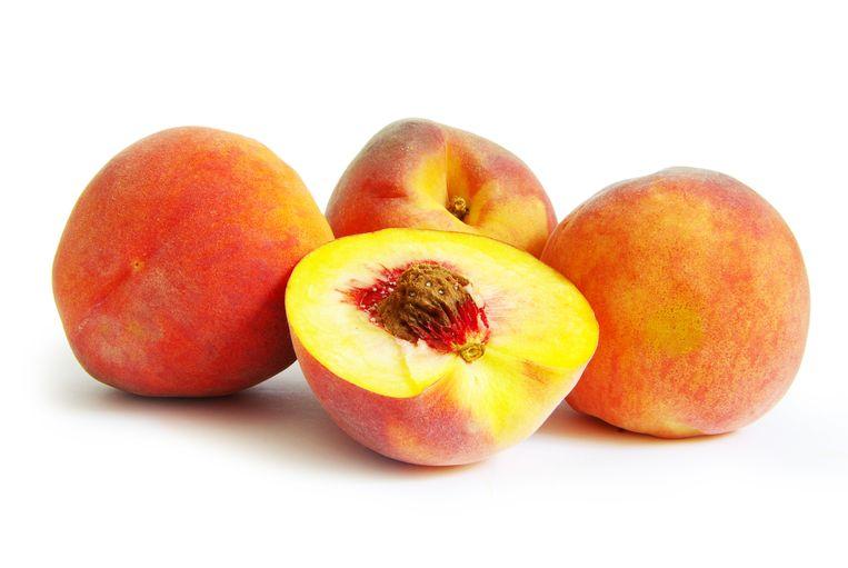 Onder meer perziken uit Spanje zijn vaak besmet met schadelijke stoffen.  Beeld COLOURBOX