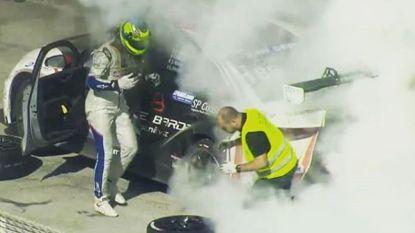 """Bange momenten voor Tom Boonen, die brandende Audi met deur open naar pitstraat moet rijden in Dubai: """"Zag bijna niets door de rook"""""""