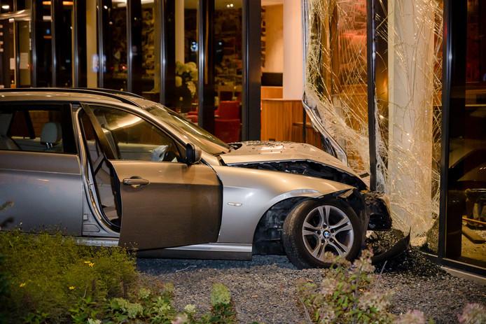 Auto rijdt Bastion Hotel in Tilburg binnen