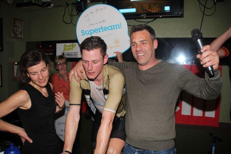 Tom Burms, met naast hem vriendin Eline en boezemvriend/presentator Nico, bereikte iets voor 21 uur voor de tiende keer de top van Alpe d'Huez.