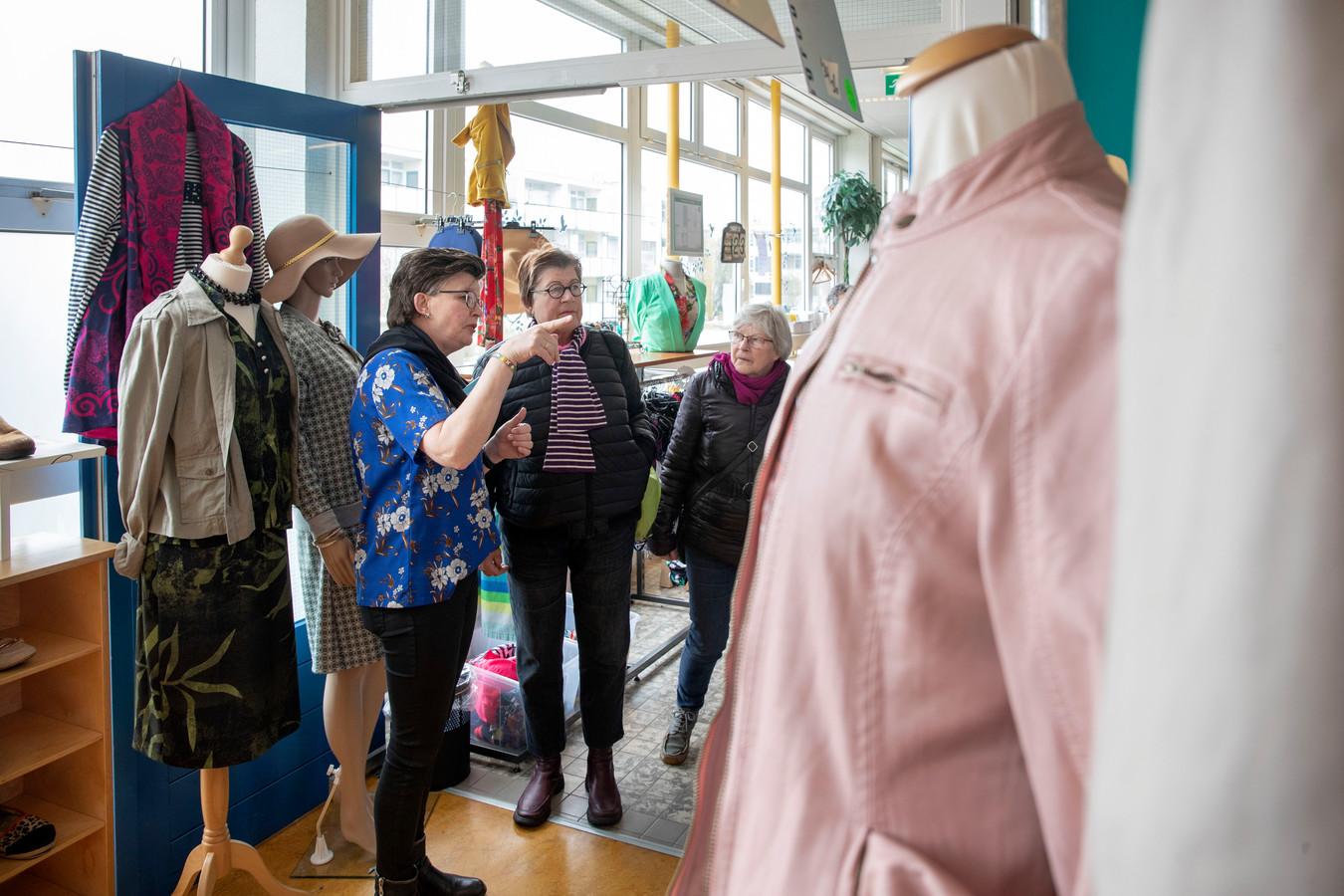 Op de Open Ochtend bij de Kledingbank Veenendaal krijgen belangstellenden een rondleiding.