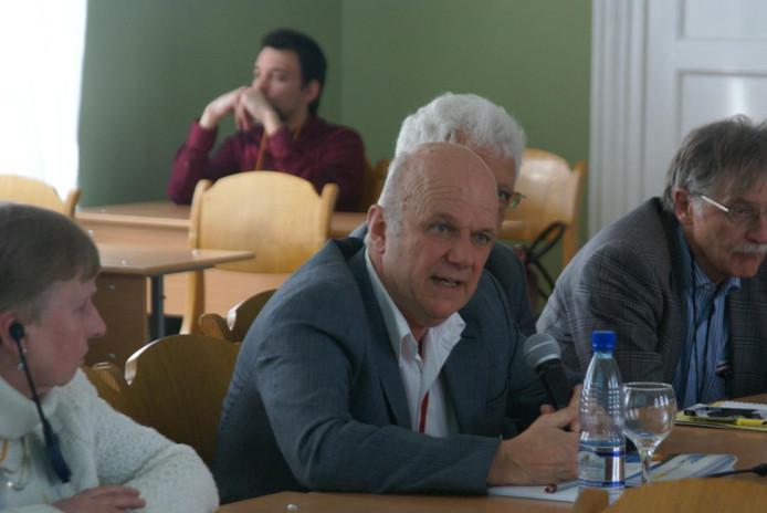 Tilburgse onderzoeker Jan Cremers tijdens een conferentie over arbeidsmigratie.