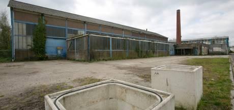 Sloop onooglijk fabriekspand van Aberson in Olst in zicht