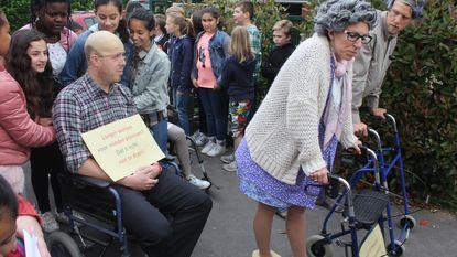 Leerkrachten verkleed als bejaarden voor de klas