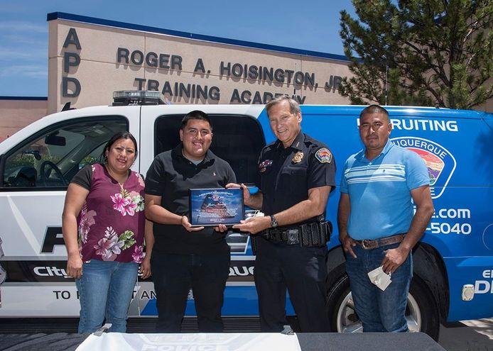 Donderdag werd de jongeman gehuldigd. Op de foto staat Jose Nuñez naast agent Mike Geier en naast zijn mama, Carmen Romaniz. Ook papa Jose Nuñez Juarez was erbij.