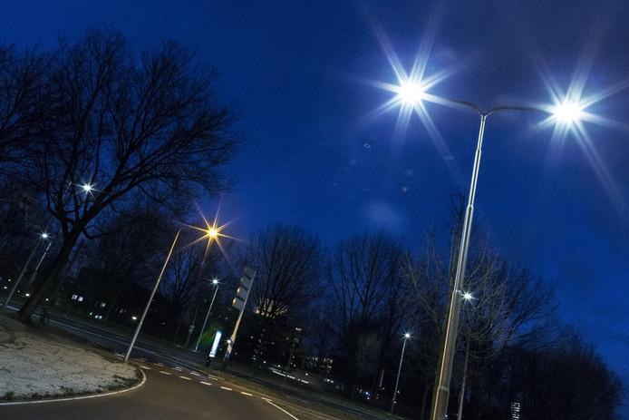 Het verschil tussen ledlampen (wit) en een ouderwetse straatlantaarn (oranje). Foto ter illustratie.