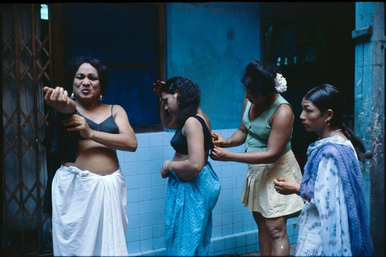 Transvestites getting dressed in a courtyard. Beeld Mary Ellen Mark
