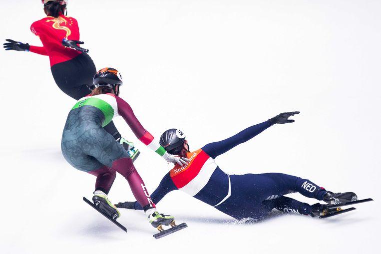 Jorien ter Mors gaat onderuit in duel met Andrea Keszler uit Hongarije en Guo Yihan uit China in de 3000 meter finale relay tijdens het WK Shorttrack. Beeld ANP