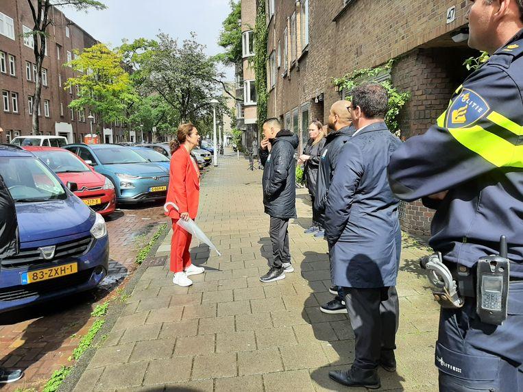 Burgemeester Femke Halsema bracht met haar gevolg van politieagenten in haar kielzog een bezoek aan de buurt. Beeld Hanneloes Pen
