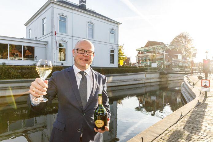 Harald Hovenkamp. mede-eigenaar en restaurantmanager Kaatje bij de Sluis is meestergastheer.