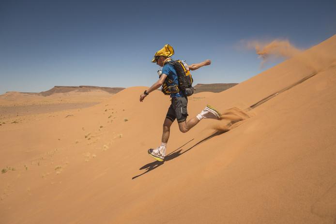 Wouter de Vries dendert door de woestijn.