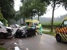 Bus en auto botsen frontaal in Ermelo: 1 gewonde