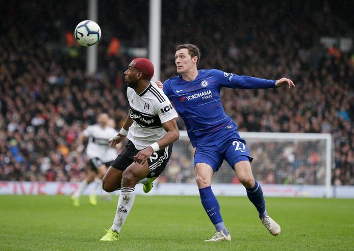 Andreas Christensen in duel met Fulham-aanvaller Ryan Babel op 3 maart.