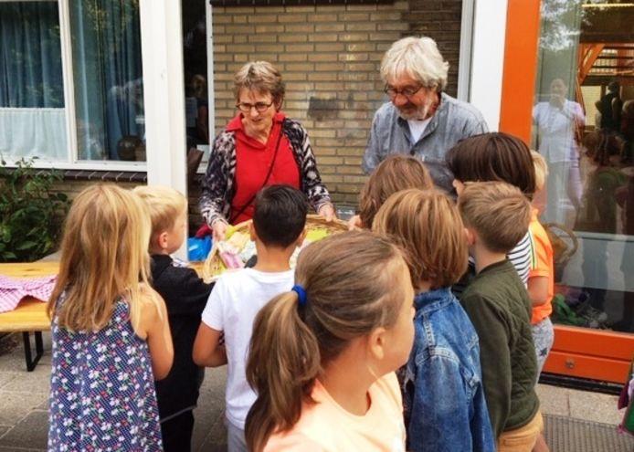 Betty en Otto Ploeger nemen feestelijk afscheid van 'hun' vrijeschool de Vijfster: met het trakteren van ijs.