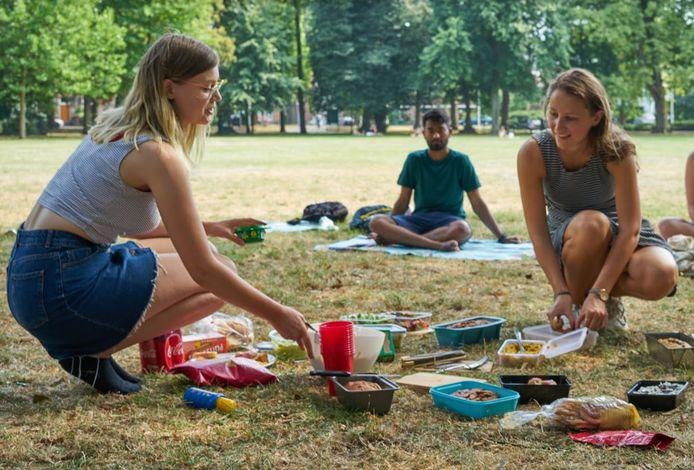 Leden van de vereniging kwamen in zomer samen in het park, met hun favoriete vegansnack.