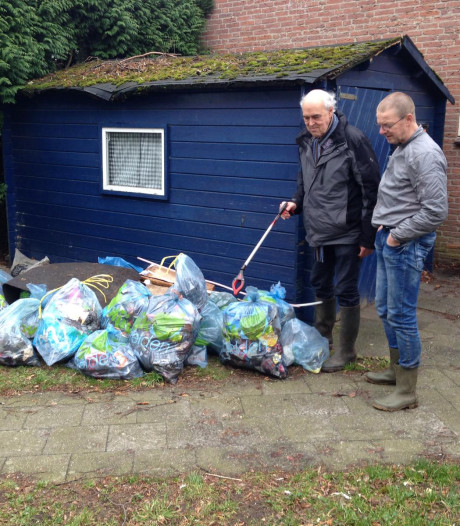 De Horst ruimt afval in bermen op: dertig zakken