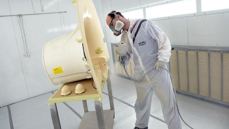 Een MRI-scanner wordt in de verf gezet in een fabriek van Philips Healthcare. Beeld Marcel van den Bergh