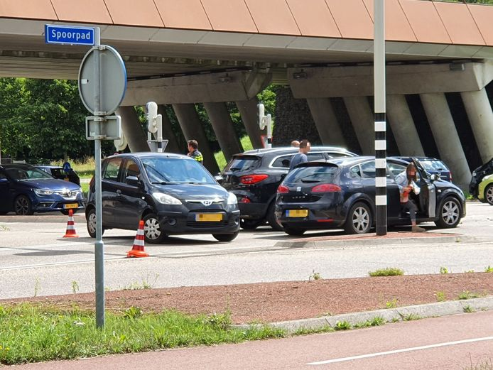 Afgelopen zaterdag reden drie auto's op elkaar bij de verkeerslichten op de Newtonweg nabij de N302.