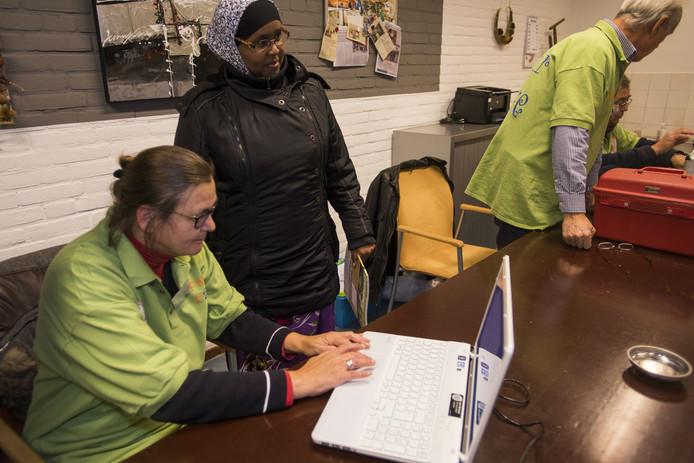 Repair café Kaatsheuvel ontvangt zijn 500e bezoekster, Maryan Shakir.