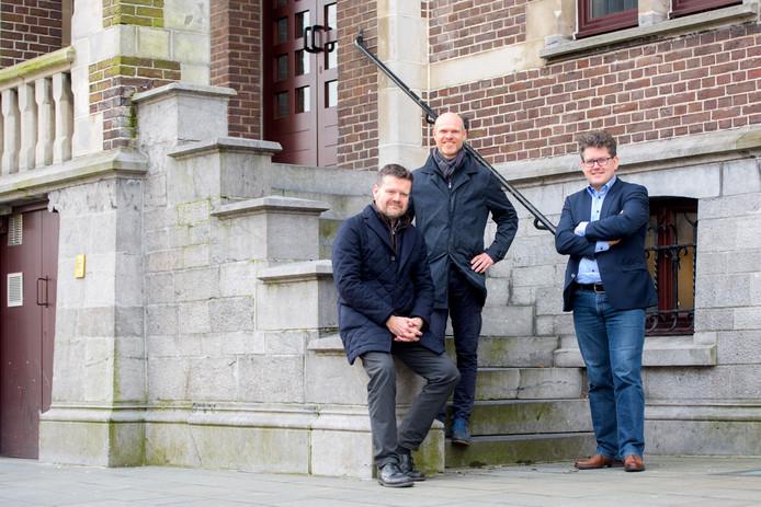 Fusiecoördinator Frank Smeets (links) met burgemeester Raf Drieskens (Neerpelt, midden) en Jaak Fransen (Overpelt) voor het oude gemeentehuis van Neerpelt.