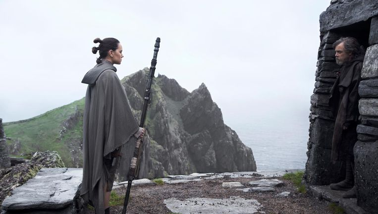 Star Wars: The Last Jedi, met Daisy Ridley (links) als Rey en Mark Hamill als Luke Skywalker. Beeld null