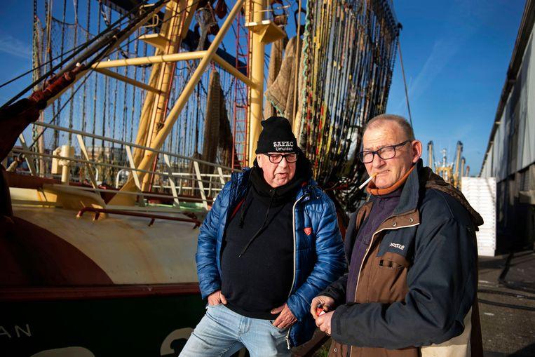 Willem van der Steen (links) en Cor Lokker bij een van de pulskotters van de familie Lokker. Beeld Olaf Kraak