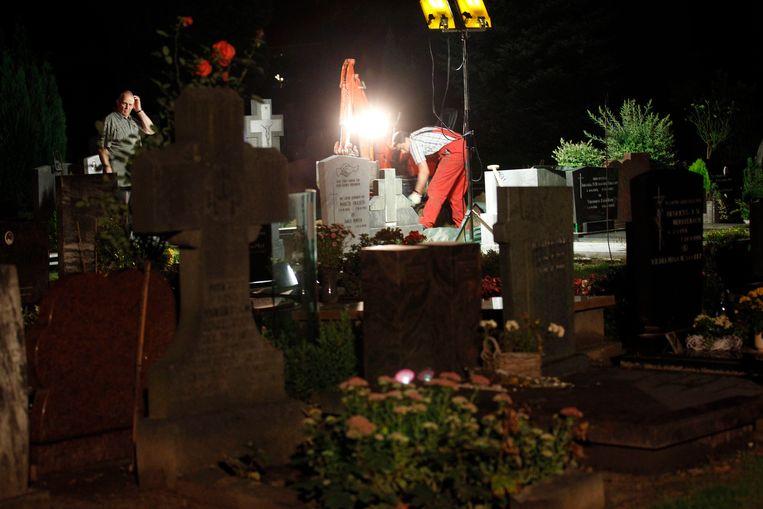 Op begraafplaats St. Antonius aan de Boschdijk in Eindhoven wordt het stoffelijk overschot opgegraven van Nicole voor nieuw onderzoek. Beeld ANP