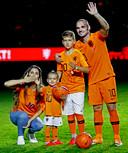 Wesley Sneijder zwaait naar het publiek in de Johan Cruijff Arena. Aan zijn zijde zijn vrouw Yolanthe en zoontjes Xess Xava en Jessey.