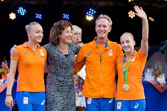 Sanne (rechts) en Lieke (links) met vader Vincent en moeder Gemma na de Olympische Spelen in Rio in 2016.