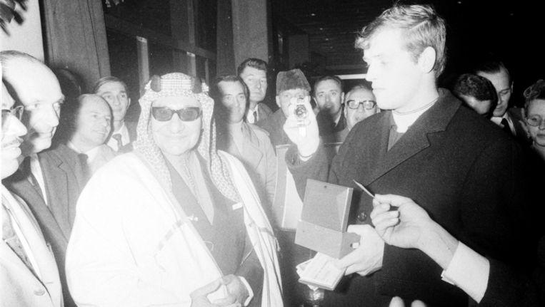 Ajacied Piet Keizer, de maker van het eerste doelpunt in de Europa Cup-wedstrijd Fenerbahce-Ajax in 1968, krijgt een gouden horloge van de sjeik van Koeweit als dank voor het vertoonde spel. Beeld anp