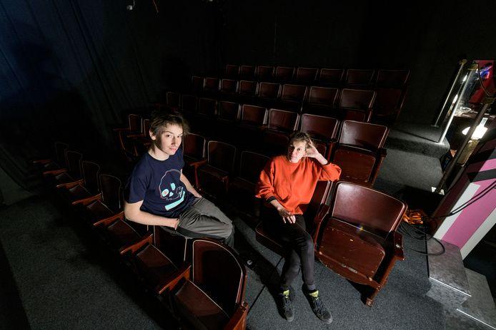 Festivaldirecteuren Aike Lütkemöller en Marie Janin in de kleine maar complete bioscoop, waar bezoekers tijdens het Overkill-festival 44 uur achter elkaar films kunnen kijken.