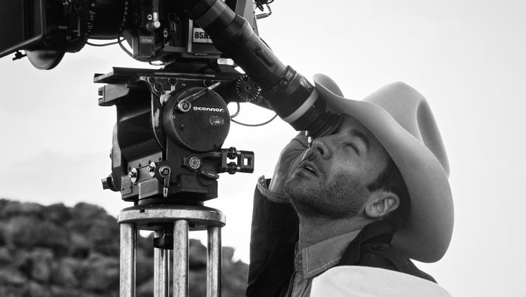 Regisseur Tom Ford achter de camera op de set van de film Nocturnal Animals. Beeld null