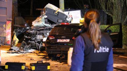 Bestuurder in levensgevaar nadat Land Rover tegen geparkeerde vrachtwagen knalt