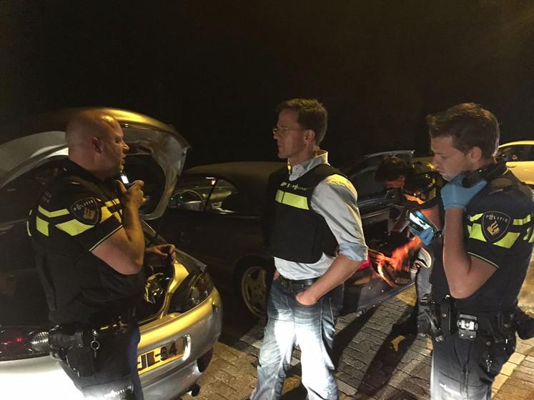 Mark Rutte in politievest: een avondje meelopen in Rotterdam