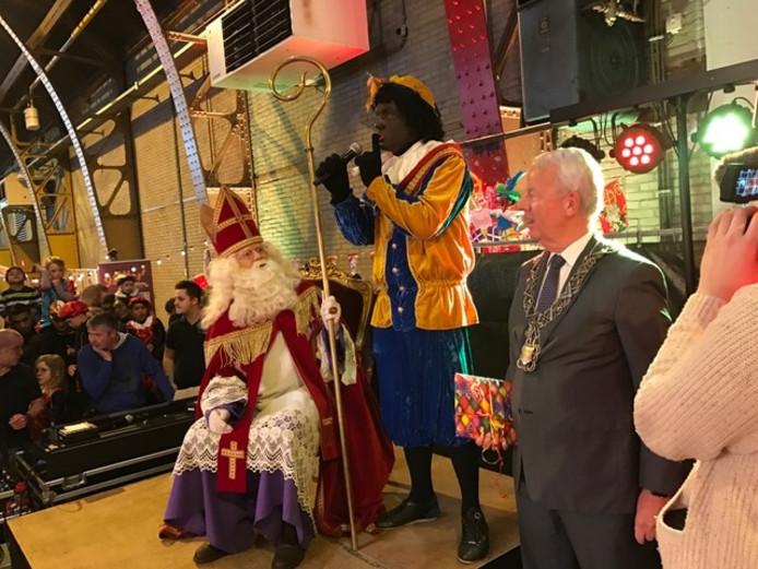 Piet had de grootste moeite om de menigte kinderen een beetje rustig te krijgen, zo enthousiast waren ze.