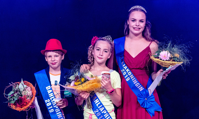 Dahliakoningin Jeanine (rechts) met naast haar de nieuwe Dahliaprinses Kim en de allereerste Dahliaprins Ruben, na de verkiezingsavond in de feesttent.