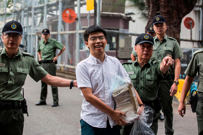 Joshua Wong verlaat de Lai Chi Kok gevangenis in Hong Kong.