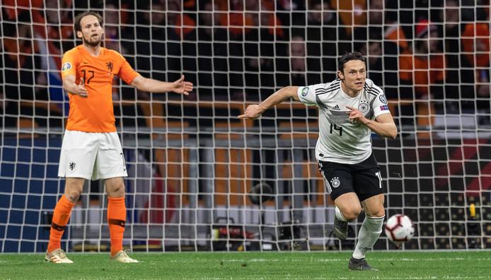 Nico Schulz laat Daley Blind vertwijfeld achter na de late 2-3 in Amsterdam.