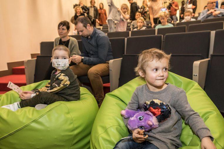 De kinderen konden de voorstelling volgen in het auditorium van het ziekenhuis.