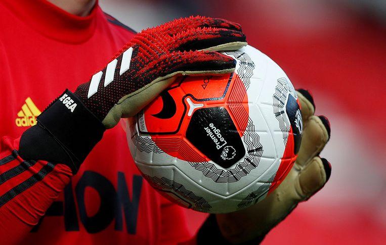 De bal in de handen van Manchester United's David de Gea, tijdens de wedstrijd tegen Watford.  Beeld Action Images via Reuters
