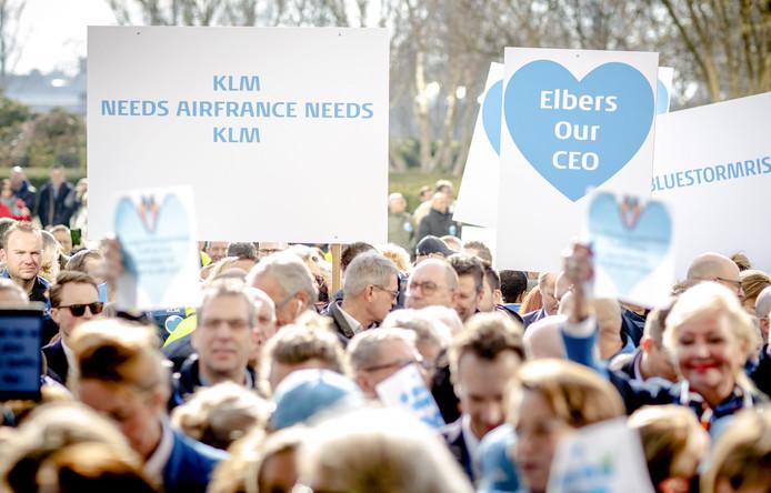 Werknemers van KLM bieden een petitie aan de raad van commissarissen aan voor behoud van de huidige Nederlandse topman, Pieter Elbers