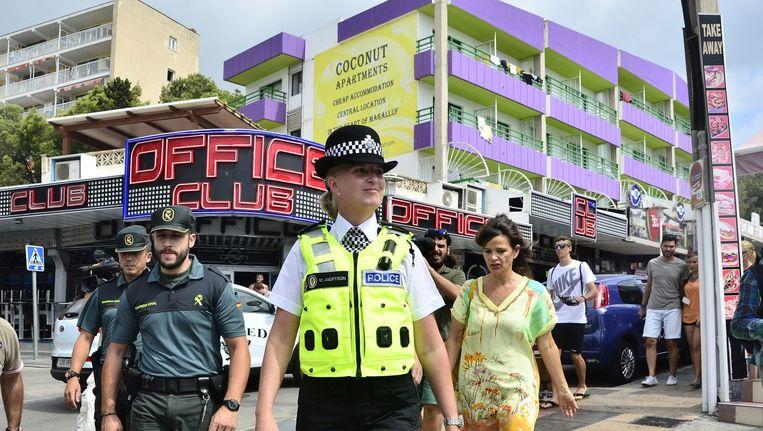 Een Britse politievrouw patrouilleert met twee Spaanse agenten door Magaluf (Mallorca).