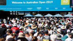 """Onze man in Melbourne stelt vast dat 'Happy Slam' zijn charme verloren heeft: """"Ooit toernooi met backpackers en zingende Zweden in tribune,  vandaag is elke vierkante meter volgepropt met sponsorstandjes"""""""