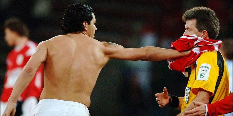Conçeicao was furieus en duwde zijn shirt in het gezicht van scheidsrechter Peter Vervecken.