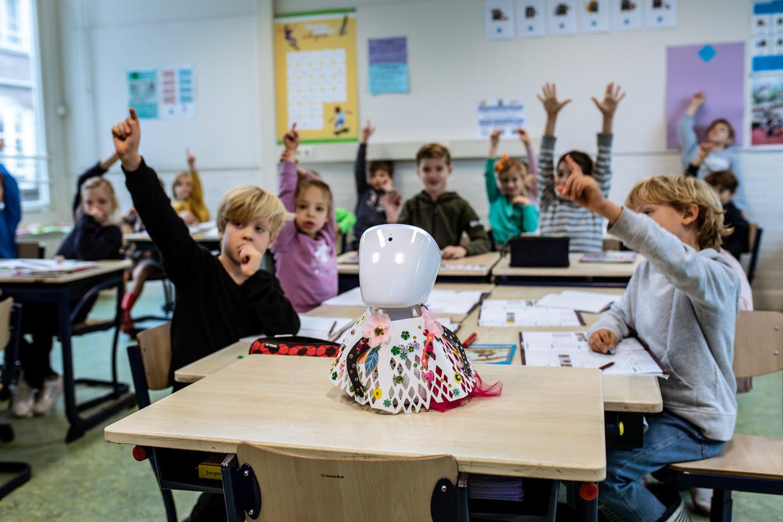 Hila zit vanwege haar gezondheid al sinds maart thuis, maar kan nu sinds kort door middel van eenrobot weer mee doen in de klas. Beeld Nosh Neneh