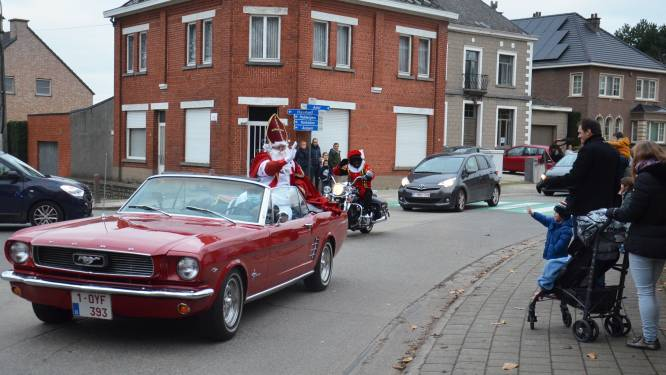 Sinterklaas en Zwarte Piet maken rondrit door Denderhoutem in stijl