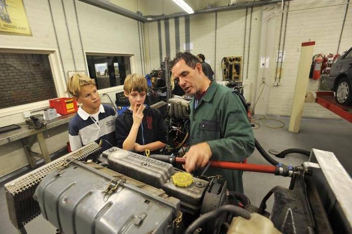 Leerlingen van groep 8 komen kennismaken met de praktijklessen op De Vakschool. Leraar Gerard Westerlaken geeft uitleg over een\nmotorblok.